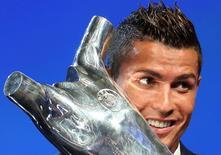 Cristiano Ronaldo recebe prêmio de melhor jogador da Europa. 25/8/2016. REUTERS/Eric Gaillard