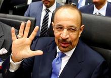 """Imagen de archivo. El ministro de Petróleo de Arabia Saudita, Khalid al-Falih, habla con periodistas antes de una reunión de la OPEP en Viena. 2 de junio de 2016. Al-Falih, dijo el jueves a Reuters que no cree que en este momento sea necesaria alguna """"intervención significativa"""" en el mercado petrolero. REUTERS/Leonhard Foeger"""
