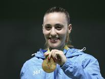 Atleta grega Anna Korakaki posa com sua medalha de ouro  09/08/2016 REUTERS/Edgard Garrido
