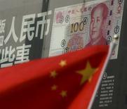 La bandera de China vista en un distrito financiero en Pekín. 21 de enero de 2016. China aún tiene espacio para aliviar la política monetaria en la medida en que busca reducir los costos de financiamiento para las empresas, dijo una investigación de la máxima comisión de planeamiento económico del país en un artículo publicado el viernes. REUTERS/Kim Kyung-Hoon/Files