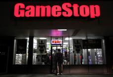 GAMESTOP, numéro un mondial de la distribution de jeux vidéo, a fait état jeudi d'un chiffre d'affaires net au deuxième trimestre en baisse plus marquée que prévu, à 1,63 milliard de dollars (1,44 milliard d'euros), à comparer à un consensus Thomson Reuters I/B/E/S 1,72 milliard. Le titre perdait 7,2% à 29,85 dollars dans les échanges d'après-Bourse. /Photo d'archives/REUTERS/Shannon Stapleton