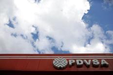 La estatal Petróleos de Venezuela (PDVSA) relanzó una licitación para perforar 600 pozos petroleros en sus vastas reservas, dijeron esta semana fuentes con conocimiento del negocio a Reuters, después de que una oferta similar colapsase el año pasado por preocupaciones sobre su transparencia. En la imagen, el logo de la compañía en una estación de servicio en Caracas el 10 de agosto de 2016. REUTERS/Marco Bello