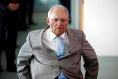 El ministro alemán de Finanzas, Wolfgang Schaeuble, reanudó el sábado sus críticas a los bajos tipos de interés del Banco Central Europeo, al sostener que eran particularmente perjudiciales para las personas que ahorran para su retiro.  En la imagen, el funcionario a su llegada a la reunión semanal del consejo de ministros en Berlín el 17 de agosto de 2016. REUTERS/Axel Schmidt