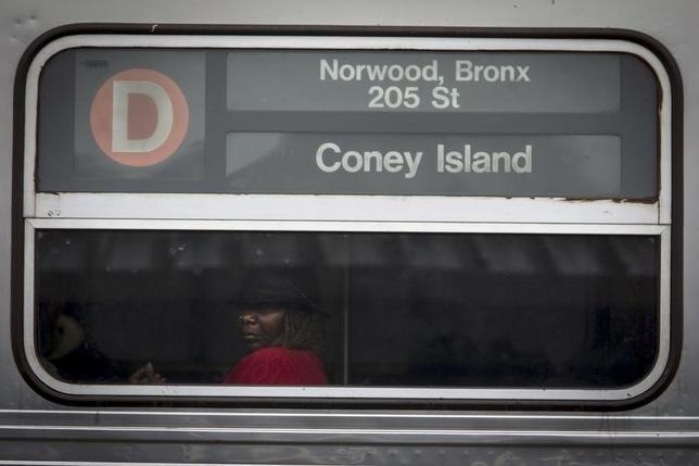 8月26日、米ニューヨークの地下鉄で24日夜、混雑する車内で女がコオロギやミミズをばらまく事件があった。乗客が緊急停止レバーを引いたため、車内は30分近くもコオロギ地獄となり、乗客はパニックに陥った。写真は昨年10月撮影のNY地下鉄のようす(2016年 ロイター/Carlo Allegri )