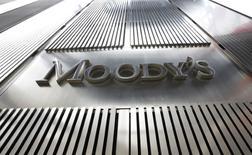 El logo de Moody's en su casa matriz en Nueva York, feb 6, 2013. El sistema bancario de China enfrenta un riesgo sistémico proveniente de una creciente dependencia de prestamistas pequeños y medianos del financiamiento interbancario, advirtió el lunes la agencia de calificación crediticia Moody's Investors Service en un reporte. Los activos más líquidos de esos bancos se mantienen en su mayor parte como activos interbancarios,   REUTERS/Brendan McDermid