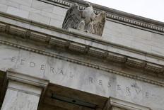 Здание ФРС США в Вашингтоне 31 июля 2013 года. Представители Федеральной резервной системы США сигнализируют о том, что могут повысить процентные ставки в скором времени, однако уже сейчас обдумывают, какие новые инструменты им понадобятся для борьбы со следующей рецессией. REUTERS/Jonathan Ernst