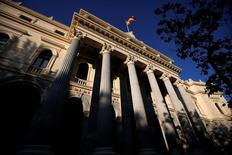 El selectivo español Ibex-35 cerró el lunes a la baja una sesión de escaso volumen típicamente estival, devolviendo parte de los beneficios alcanzados el viernes, después de que los inversores digiriesen un discurso de la Reserva Federal orientado hacia una subida de los tipos de interés en Estados Unidos. En la imagen, una bandera española ondea en la bolsa, el 1 de junio de 2016. REUTERS/Juan Medina