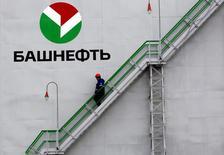 Рабочий на НПЗ Башнефти в Уфе. 11 апреля 2013 года. Российская нефтяная компания Башнефть во втором квартале 2016 года снизила прибыль, относящуюся к акционерам, на 17 процентов до 14,7 миллиарда рублей в годовом выражении, сообщила компания результаты по международным стандартам финансовой отчетности. REUTERS/Sergei Karpukhin/File Photo