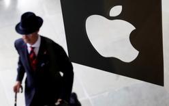 Un cliente entra a una tienda Apple en Londres. 7 de agosto de 2010. La Comisión Europea decidirá el martes en contra de los acuerdos fiscales de Irlanda y Apple, dijeron dos fuentes conocedoras de la decisión a Reuters. REUTERS/Suzanne Plunkett/File Photo