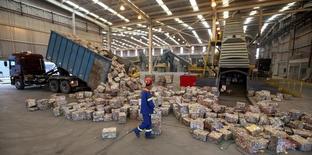 Em foto de arquivo, trabalhador caminha entre blocos de latas de alumínio prensadas em fábrica em Pindamonhangaba, Brasil 19/06/2015 REUTERS/Paulo Whitaker