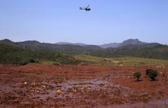 Um helicóptero sobrevoa o distrito de Bento Rodrigues, coberto por lama após o rompimento de uma barragem da Vale SA e BHP Billiton Ltd em Mariana, no Estado de Minas Gerais, no Brasil 06/10/2015 REUTERS/Ricardo Moraes