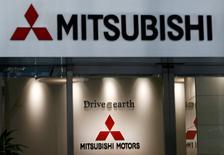 Le ministère japonais des Finances a accusé mardi Mitsubishi Motors d'avoir sous-estimé la consommation de carburant de huit autres modèles et a ordonné au constructeur d'en suspendre la commercialisation jusqu'à ce que les mesures soient corrigées. /Photo prise le 2 août 2016/REUTERS/Kim Kyung-Hoon