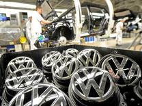 Volkswagen a décidé de revoir sa stratégie d'achats et d'approvisionnement après le conflit avec deux de ses fournisseurs qui a perturbé la production de six de ses usines en août. /Photo d'archives/REUTERS/Fabian Bimmer