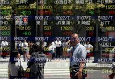 Un hombre se refleja en una pantalla que muestra información bursátil, afuera de una correduría en Tokio, Japón. 27 de junio de 2016. Las bolsas de Asia rebotaban levemente el martes, en momentos en que las dudas sobre si la Reserva Federal de Estados Unidos podrá subir las tasas de interés el septiembre pesaban sobre el dólar. REUTERS/Toru Hanai