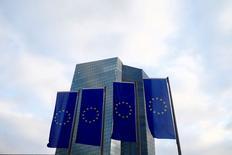 En la imagen, banderas de la UE delante de la sede del BCE en Fráncfort, Alemania, 3 de diciembre de 2015. La confianza en la economía de los 19 países que comparten el euro cayó en agosto a su nivel más bajo desde marzo, mostraron datos de la Comisión Europea, en otra muestra más de la debilidad de la moral económica tras la votación del Reino Unido a favor de abandonar la Unión Europea. REUTERS/Ralph Orlowski/File Photo