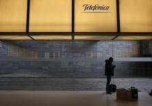El reguladador de telecomunicaciones de la UE adoptó el martes unas reglas estrictas que limitan que empresas como Telefónica, Vodafone u Orange puedan priorizar algunos tipos de tráfico en Internet, golpeando una industria que busca mejorar sus ingresos. En la imagen, un hombre bajo un logotipo de Telefónica en la sede de la compañía en Madrid, España, el 26 de febrero de 2016.  REUTERS/Juan Medina
