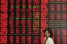 """Инвестор в брокерской конторе в городе Фуян в китайской провинции Аньхой. 17 июля 2015 года. Китайский фондовый рынок укрепился к закрытию торгов среды на фоне приближения к концу сезона отчетности компаний, промежуточные результаты которых стали неожиданностью для пессимистов, в том числе ввиду признаков того, что государственные инвесторы скупали """"голубые фишки"""" в попытке помочь стабилизировать рынок. REUTERS/Stringer"""