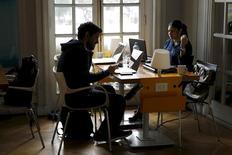 """Participantes del programa """"Start Up Chile"""" trabajan en su sede en Santiago. 10 de agosto de 2015. El desempleo en Chile subió al 7,1 por ciento en el trimestre móvil mayo-julio, su mayor nivel en cinco años y en línea con el gradual deterioro del mercado laboral ante el bajo dinamismo de la economía, informó el miércoles una agencia gubernamental. REUTERS/Ivan Alvarado"""