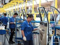 Рабочие на заводе Saic GM Wuling в Лючжоу 19 июня 2016 года. Производственная активность в Китае стагнировала в августе на фоне замедления роста производства и новых заказов, вынудивших компании сокращать персонал 34-й месяц подряд. Об этом свидетельствуют исследования частных компаний. REUTERS/Norihiko Shirouzu/File Photo