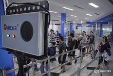 Пассажиры парома из Сингапура проходят через сканер в терминале в Батаме, Индонезия 31 августа 2016 года. Малайзия выявила первый случай заражения вирусом Зика в стране - заболела женщина, побывавшая в Сингапуре, где пока известно о 115 зараженных, многие из которых являются иностранными гражданами.  Antara Foto/M N Kanwa/via REUTERS
