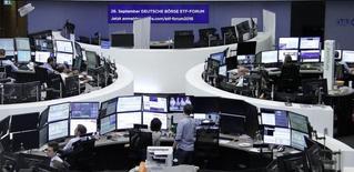 Les Bourses européennes évoluent dans le vert jeudi à mi-séance, à l'exception de Londres, pénalisée par un vif rebond de la livre sterling, et Wall Street est attendue en légère hausse à l'ouverture dans un climat attentiste à la veille de la publication des chiffres mensuels de l'emploi aux Etats-Unis. Le CAC 40 parisien gagne 0,95% à 4.480,33 points vers 10h25 GMT. Le Dax à Francfort prend 0,4%. Le FTSE à Londres (-0,07%) s'est retourné à la baisse, un sursaut du sterling face au dollar pénalisant les exportateurs. /Photo prise le 31 août 2016/REUTERS/Staff/Remote