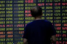 Un inversor mira una pantalla que muestra información bursátil, en una correduría en Shanghái, China. 23 de junio de 2016. Las bolsas de Asia caían el jueves luego de que unos sondeos de manufactura en China hicieron poco por inspirar a los mercados, en momentos en que los inversores aguardan unos datos de empleo de Estados Unidos que podrían poner a la Reserva Federal en vías de subir las tasas de interés. REUTERS/Aly Song