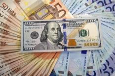 Банкноты доллара США и евро. Сараево, 9 марта 2015 года. Высокая доля валютных депозитов корпоративного сектора в структуре денежной массы может сократиться в среднесрочной перспективе, что будет способствовать сохранению на пониженном уровне оттока капитала и профицита платежного баланса, пишут эксперты департамента исследований ЦБР. REUTERS/Dado Ruvic