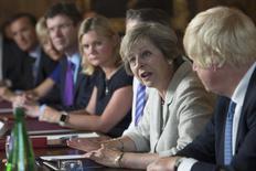 La primera ministra del Reino Unido, Theresa May, durante una reunión de Gabinete en Buckinghamshire. 31 de agosto de 2016. Reino Unido está idealmente buscando acceso libre de aranceles al mercado único de la Unión Europea, dijo el jueves el ministro a cargo de la negociación de la salida británica del bloque. REUTERS/Stefan Rousseau/Pool