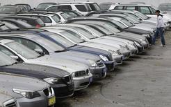 Les ventes de voitures neuves ont rebondi de plus de 8% en août en Allemagne, à environ 245.000 véhicules vendus. Sur les huit premiers mois de l'année, les immatriculations de voitures de tourisme sur le premier marché automobile européen ont progressé dans une fourchette de 5,5% à 6%. /Photo d'archviesREUTERS/Michaela Rehle