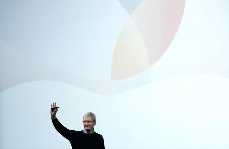 Apple CEO Tim Cook waves goodbye after an event at the Apple headquarters in Cupertino, California March 21, 2016. REUTERS/Stephen Lam