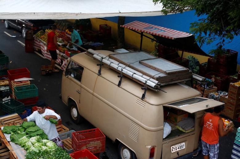 Men display their products in an open-air market in Rio de Janeiro, Brazil, May 6, 2016. REUTERS/Ricardo Moraes