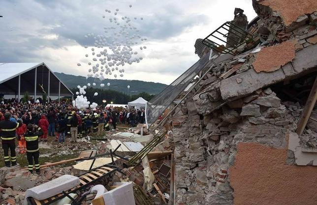White balloons are released during a funeral service for victims of the earthquake that levelled the town in Amatrice, central Italy, August 30, 2016.  REUTERS/Emiliano Grillotti