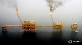 Нефтяные платформы в Персидском заливе 25 июля 2005 года. Иран готов увеличить объем добычи нефти до 4 миллионов баррелей в сутки в ближайшие два-три месяца в зависимости от спроса на рынке, сообщил высокопоставленный представитель Национальной иранской нефтяной компании (NIOC) в понедельник. REUTERS/Raheb Homavandi/File Photo