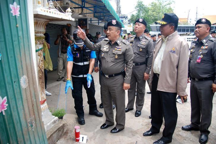 Deputy National Police Chief Srivara Ransibrahmanakul (C) inspects a Hua Hin blast site, Thailand, August 17, 2016. REUTERS/Dailynews/Files