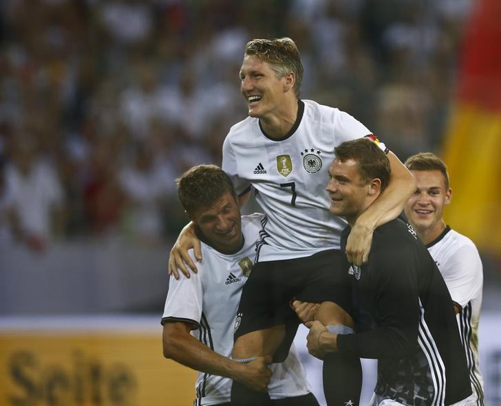 Football Soccer - Germany v Finland - Soccer Friendly - Moenchengladbach, Germany - 31/08/16. Germany's Thomas Mueller, Bastian Schweinsteiger and Manuel Neuer react after the match. REUTERS/Wolfgang Rattay