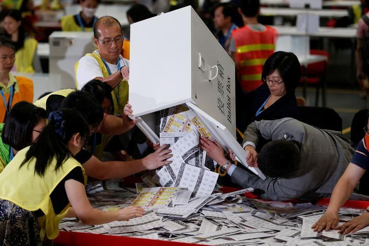 Electoral officers empty a ballot box at a vote counting center in Hong Kong, China September 5, 2016, following the Legislative Council election.      REUTERS/Bobby Yip