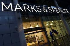 Marks & Spencer a annoncé lundi qu'il allait supprimer 525 postes à son siège londonien dans le cadre des efforts entrepris par son nouveau directeur général Steve Rowe pour relancer les ventes du distributeur britannique. /Photo d'archives/REUTERS/Toby Melville