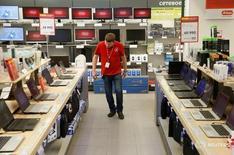 Сотрудник М.Видео за работой в Москве 15 апреля 2016 года. Индекс потребительских цен в России в августе 2016 года вырос на 6,9 процента к аналогичному периоду прошлого года и не изменился по отношению к предыдущему месяцу, сообщил Росстат. REUTERS/Maxim Zmeyev
