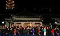 Imagen grupal de los líderes del G-20 reunidos en Hangzhou, China, sep 4, 2016. Los líderes de las principales economías del mundo acordaron el lunes en una cumbre en China coordinar políticas macroeconómicas y rechazar el proteccionismo, aunque ofrecieron pocas medidas concretas para afrontar los desafíos a la globalización y el libre comercio.  REUTERS/Damir Sagolj