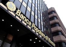 La banque régionale italienne Popolare di Vicenza a annoncé lundi une perte de 795 millions d'euros au premier semestre, conséquence d'une augmentation des provisions destinées à couvrir des créances douteuses et d'éventuels procès de la part de la clientèle. /Photo d'archives/REUTERS/Stefano Rellandini
