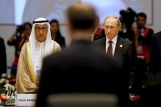 Министр финансов Саудовской Аравии Ибрагим Абдулаазиз аль-Ассаф и президент России Владимир Путин (справа) на саммите G20 в турецкой Анталье 15 ноября 2015 года. Россия и Саудовская Аравия в понедельник обеспечили кратковременный скачок цен на нефть намеками на замораживание добычи, однако воздержались от конкретики, назвав сценарий одним из вероятных и нуждающимся в поддержке Ирана. REUTERS/Jonathan Ernst