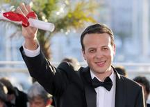 Diretor Amat Escalante acena durante Festival de Cannes.  26/5/2013.          REUTERS/Regis Duvignau