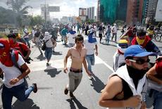 Protestantes corren tras los enfrentamientos con la policía, durante una marcha en demanda de un referendo revocatario contra el presidente venezolano Nicolás Maduro, en Caracas. 1 de septiembre de 2016. Un abogado y dueño de un portal de información en Venezuela seguirá en prisión por la decisión de un juez el lunes, tras su arresto el fin de semana en la isla de Margarita por cargos que no están claros, dijeron un grupo de derechos humanos del país petrolero y familiares.  REUTERS/Carlos Garcia Rawlins