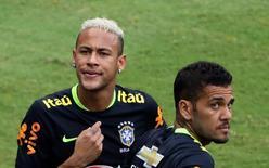 Neymar e Daniel Alves durantre treino do Brasil em Manaus.  5/9/16.  REUTERS/Paulo Whitaker