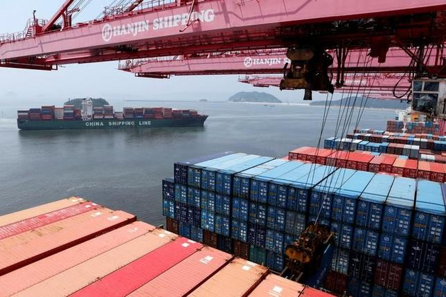 A crane carries a container from a Hanjin Shipping ship at the Hanjin container terminal as a China Shipping Line ship (L) arrives at the Busan New Port in Busan, about 420 km (261 miles) southeast of Seoul, August 8, 2013.  REUTERS/Lee Jae-Won/File Photo