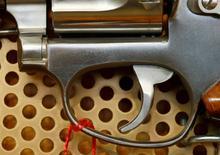 Un revolver de la empresa brasileña Taurus, visto en una tienda de armas en Burgdorf, Suiza. 10 de agosto de 2016. Las acciones del fabricante brasileño de armas Forjas Taurus SA caían un 3 por ciento el martes, después de que la compañía confirmó un informe de Reuters sobre la acusación de la fiscalía a dos ex ejecutivos por la venta de armas a un conocido traficante de Yemen, violando sanciones de la ONU. REUTERS/Arnd Wiegmann