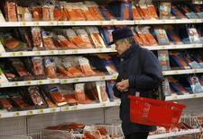Покупатель в магазине Ашан в Москве 15 января 2015 года. Президент РФ Владимир Путин сказал, что рост потребительских цен в России по итогам года не превысит 6,0 процента. REUTERS/Maxim Zmeyev