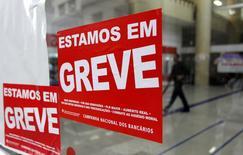 Cartazes de greve colocados em agência bancária em São Paulo.   06/09/2016            REUTERS/Fernando Donasci