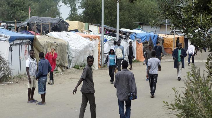 Migrants walk in the northern area of the camp called the ''Jungle'' in Calais, France, September 6, 2016.  REUTERS/Charles Platiau
