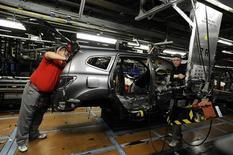 Técnicos trabajando en la línea de producción de la planta de la compañía Nissan en Sunderland. 9 de noviembre de 2011. La producción manufacturera de Reino Unido registró en julio su mayor caída en un año, lo que confirma unas señales anteriores de que las fábricas sufrieron un impacto inmediato tras el referendo británico a favor de abandonar la Unión Europea, mostraron datos oficiales el miércoles. REUTERS/Nigel Roddis/Files